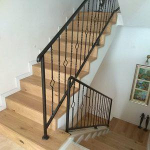 חיפוי מדרגות בפרקט עץ תלת שכבתיחיפוי מדרגות בפרקט עץ תלת שכבתי