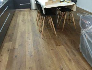 התקנת פרקט עץ אלון טבעי בבית בתל אביב